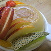 樹 - 料理写真:大きなプリンとたっぷりの華やかフルーツ。中はスポンジと生クリームと黄桃が入って、食べごたえ抜群!器も耐熱で再利用できます。 おっきなプリンアラモード 1575円