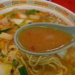 天理スタミナラーメン - スープは、当然のピリ辛スタミナ系