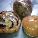 21425119 - 左:なすチーズピザ \200、中:くるみパン 前日プライス\200、右:豆乳チョコクリームパン \160