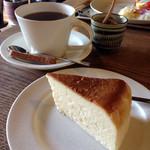 珈琲 さんぽ - チーズケーキ(400円)とブラジルライト(450円)