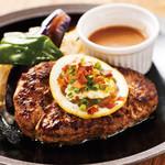 山本のハンバーグ - 「ガーリックハンバーグ」手作りガーリックバターと、柚子胡椒の効いたあっさり目の大蒜ソースが癖になる!