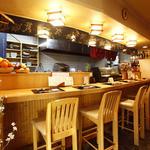 旬彩酒房 夢商人 - カウンターには新鮮な魚介類や黒毛和牛が並んだショーケースが。