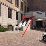 21463110 - 201309 Latin 駐車場に停めた方は、フロントで手続きをします(エスカレーターを下り、入館すると、目の前がフロントです)