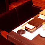 GINZA 春夏秋豚 - カウンターのお席は全席2名様カップルシート