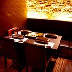 GINZA 春夏秋豚 - 少しゆったり目のスペースを確保した使いやすいテーブル席、人数に応じてお席の調整も可能です。お気軽にご相談ください。