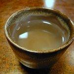 マル金そば店 - サービスでウメ昆布茶が出てきました。疲れた体にほっとする一杯です。