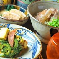 料理は沖縄直送の食材を使い、素材の味を活かした手作り料理!