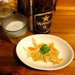 れんげ食堂 - 黒ラベル中瓶483円とサービスの味付き卵とメンマ