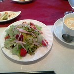 21691177 - ランチのサラダ、スープ、ピクルス