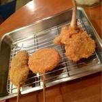 串揚げ 立ち呑み処 いこい - 左から豚肉、ハムカツ、鶏肉