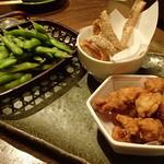 北の味紀行と地酒 北海道 - 枝豆、鮭皮煎餅、軟骨唐揚げ