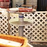 俺のフレンチ・イタリアン 松竹芸能 角座広場 - テーブルは一番下が荷物入れ。二段目にもビールなどが置けます。 '13 9月下旬