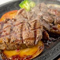 豪快に焼き上げるステーキ