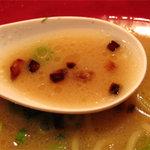 博多 一風堂 - 焦がし玉葱入り。トンコツの旨みやら野菜系の甘みやらが複雑に絡み合った 野趣なき優等生的まろやかスープです。