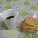 アップルヒル みやげコーナー - 隣に広いイートインスペースがあり、珈琲も飲めます