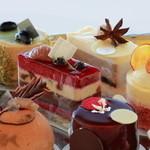 ラ・メゾン ド ジュン - 料理写真:洗礼されたデザインのケーキ達。味は勿論、見ているだけでも心が躍るような芸術を是非ご賞味ください。