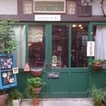 ピピネラキッチン - 緑色の引きドアが目印です。