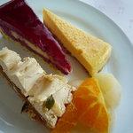カフェトスカ - 塩キャラメルのタルト、カシスムースのケーキ、カマンベールチーズケーキ