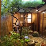 粟 - 店内の中庭