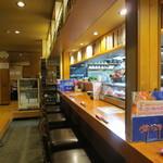 居酒屋 春秋 - カウンター席と座敷席があります。