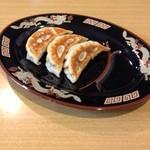 燃えろドラゴン - 焼餃子三個は来店サーヴィスで供されました。