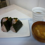 マイマイ - お味噌汁¥150をつけました。冷たい麦茶を出してくれました。