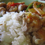 22009958 - タイ米のライスと蒸し鶏にソースをかけたもの