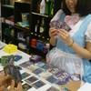 デュエリオ - 内観写真:メイドさんとでゅえりやカードゲームをしている風景