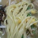 中華日の出 - 豚骨ラーメンの麺アップ