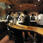 バーバー東京 - くねくねした木のテーブル。