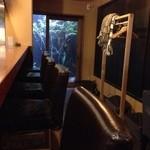 自家焙煎 王田珈琲専門店 - カウンターと、ソファー席(4人用)がありました。