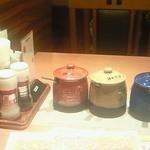 センターリバー - テーブルの上には3種類のステーキソースの壷が置かれています