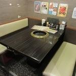 焼肉問屋バンバン - テーブル席の様子。