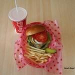 カリフォルニアダイナー - ビーチボーイスペシャルセット ¥800 (ハンバーガー・フレンチポテト・ジュース) +¥100(チーズバーガー・ブルーチーズバーガー可)