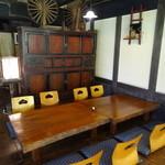 滝やま荘 - 民芸調家具も至る所に