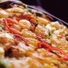 韓サラン - 料理写真: 本場韓国より美味しい?海鮮チヂミ  新鮮な4種類の海鮮をたっぷり使って焼き上げた、他の店では味わえない本場より美味しい自慢のの海鮮チヂミ。ふっくらカリカリの食感と、海の香りが楽しめる韓サランの逸品料理です。