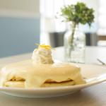 モケス ブレッドアンドブレックファースト - 人気No.1メニュー『リリコイパンケーキ』900円 パッションフルーツのクリームソースがたっぷりかかったパンケーキです。