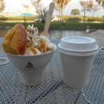 果実畑 - スィートポテトとマロンのアイスが入ったパフェとコーヒーのセット。600円。