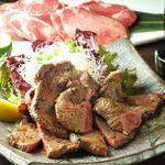 JAPANESE  DINING 無花果 - 【厚切り牛タン】肉厚もあり、ボリューム満点900円(税抜)、牛タン以外にも白老和牛サーロインや塩ホルモンなどの肉料理も人気。