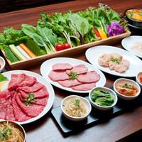 コースご注文の方は4種のパンチャンと野菜のサンチュが食べ放題