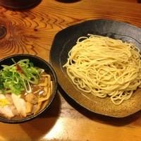 つけ麺本丸 - 当店のダントツ一番人気、濃厚魚介つけ麺です!