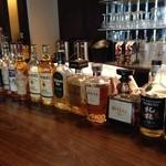 プロント - カウンターに並ぶウイスキーの数々