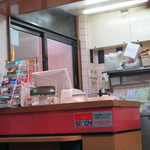 餃子の王将 - 入口の会計カウンター付近