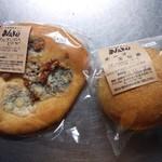 自家製酵母パン WAKU - 左側:ゴルゴンゾーラピザ \262、右側:チーズ玉ねぎ \262