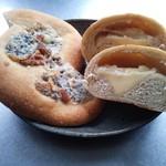 自家製酵母パン WAKU - 左側:ゴルゴンゾーラピザ、右側:チーズ玉ねぎ CUT断面♪