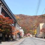 定山渓物産館 - お店の前の道