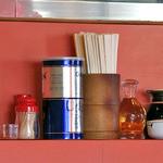 クォウライ - 卓上に常備された調味料類