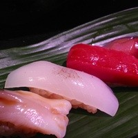 にぎにぎ一 - 新鮮な天然地魚のネタ。北寄貝・いか・さば100円、本鮪中とろ300円