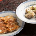 中国酒家くうくう - 【地産地消!】南高梅の梅肉入りで紀州のブランド豚「梅豚」のミンチを使い、湯浅醤油がベースのタレでいただく焼き餃子(400円)や水餃子(400円)