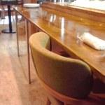 Oリーブ - カウンター席(奥はセルフサービスのコーヒー)